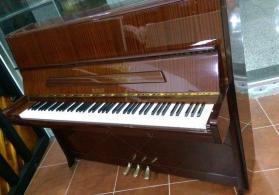 3 pedallı piano Petrof
