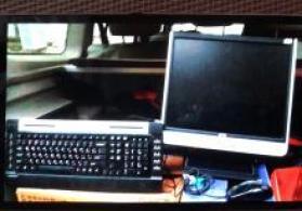 Iki kolonkali (qurasdirilmis) komputer monitoru