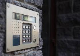 Bina bloklarının Görüntülü və görüntüsüz damafon sistemlərinin qurulmasını təklif edirik.