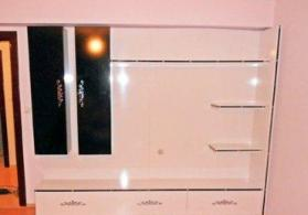 Tv stendi beyaz ve qara rengli lamınatdan haırlanıb. ölçüsü eni 150derınlik 40 sm