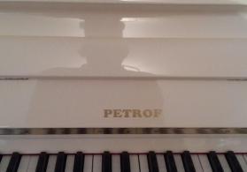 Ag rəngdə Petrof pianinosu