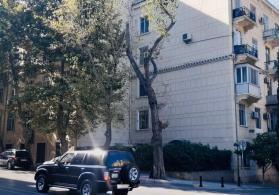 TİBB UNİVERSİTETİ yaxınlığında, yerləşən binada 2 otaqli mənzil satılır.
