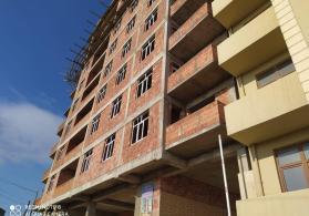 Tikilməkdə olan binada mənzillər satılır
