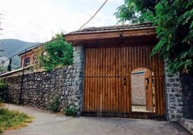 Şəkinin Qobu ərazisində həyət evi